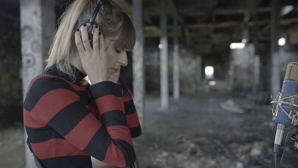 Chica Sobresalto sigue con paso firme y presenta su nueva canción «Fusión Del Núcleo».